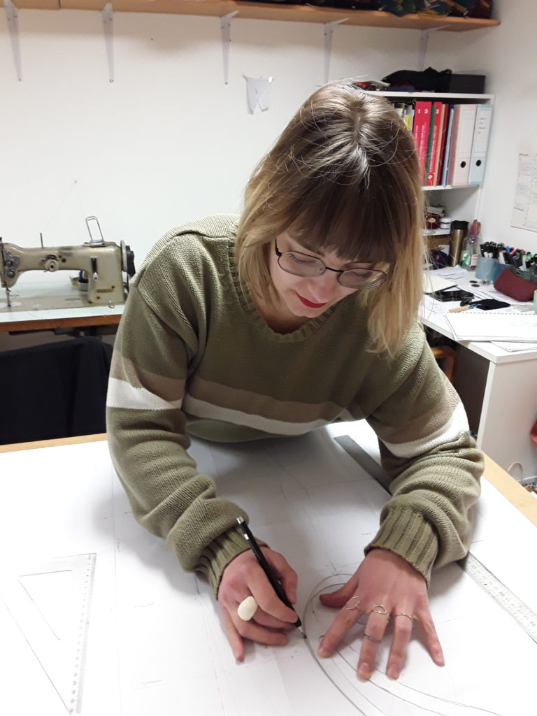 Julie Bonnard styliste traçage d'une patron Saint-Étienne créatrice textile