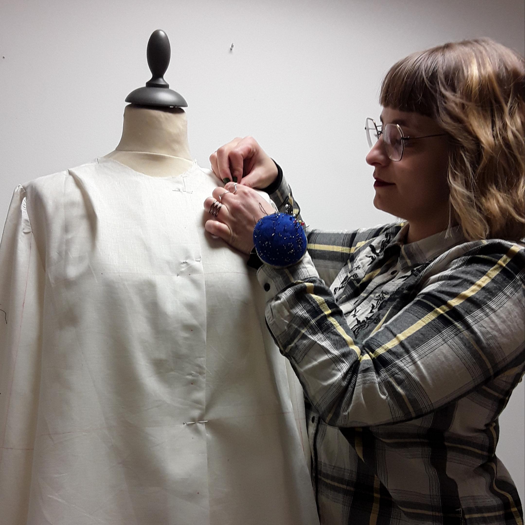 Julie Bonnard travail d'une toile d'après moulage créatrice textile styliste Saint-Étienne